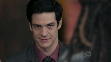 Félix garante a Ninho que ele é pai de Paulinha - Alejandra conhece Glauce e percebe que a médica é apaixonada por Bruno