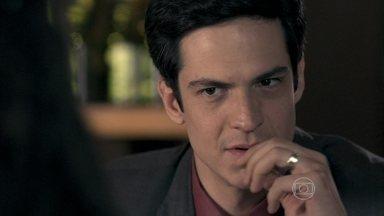 Félix explica seu plano de sequestrar Paulinha - Ele sugere que Ninho e Alejandra levem a menina para o Peru e garante que Paloma irá atrás da filha. Glauce promete ajudar com as receitas para o tratamento da menina