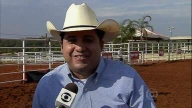 Larissa Castro dá notícias da Festa do Peão de Barretos - Repórter bate papo com o locutor oficial do evento