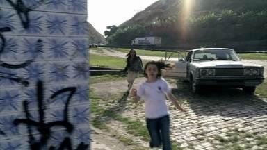 Paulinha consegue fugir - Ciça consegue ligar para Paloma, mas é atacada por Ninho e perde o celular