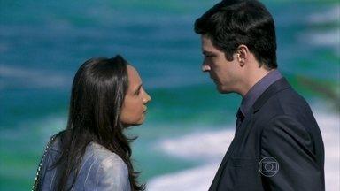 Alejandra pressiona Félix para conseguir mais dinheiro - Ela ameaça contar para Paloma e César que o vilão foi o mentor do sequestro de Paulinha