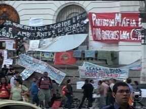 Manifestantes continuam a ocupar a Câmara de Vereadores do Rio - Há 11 dias, um grupo de manifestantes ocupa a Câmara de Vereadores do Rio para pedir, entre outras reivindicações, mudanças na CPI dos Ônibus. A comissão permanente de transportes se reuniu só seis vezes desde março de 2012.
