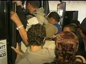 Passageiros de Planaltina de Goiás reclamam da falta de ônibus - Passageiros de Planaltina de Goiás reclamam das condições precárias do transporte público. Segundo os passageiros, a entrada de uma nova empresa para fazer o trajeto não resolveu o problema de filas e superlotações.