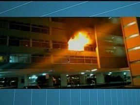 Apartamento pega fogo na 204 Sul - O fogo que tomou o segundo pavimento do prédio deu um susto nos moradores. Os donos do apartamento não estavam presentes no momento do incêndio.
