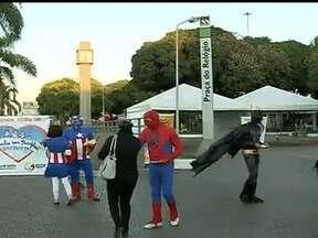 Super-heróis ajudam secretaria de Justiça do DF a combater à pedofilia - Os super-heróis distribuíram panfletos na entrada da estação do metrô da Praça do Relógio em Taguatinga. o objetivo do movimento é desmascarar a ação dos pedófilos.