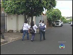 Agentes que combatem a dengue em Rio Preto devem ser demitidos - Cerca de 450 agentes de saúde de São José do Rio Preto (SP) podem ser demitidos. Isso porque a prefeitura enviou à Câmara de Vereadores uma proposta para criar cargos concursados para os profissionais que combatem endemias.