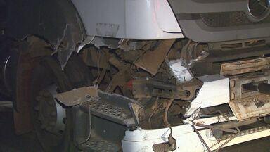 Caminhão bate na traseira de outro veículo em rodovia de São Simão - Motorista perdeu o controle e atingiu caminhão carregado com amônia.