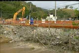 Ponte de Nova Friburgo, RJ, começa a ser desmontada - Uma espécie de britadeira trabalha para quebrar a estrutura.Ponte é o principal acesso ao distrito de Conselheiro Paulino.