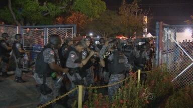 Confusão em frente a estádio marca jogo entre Nacional de Vasco em Manaus - Torcedores tentaram invadir o estádio; Polícia precisou usar bombas de efeito moral