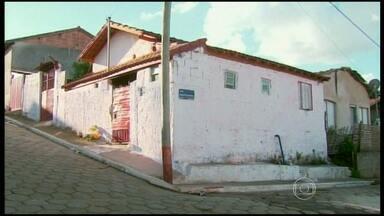 Quatro homens foram presos suspeitos de matar um casal de idosos no interior de Minas - O crime aconteceu em Conceição dos Ouros, no Sul do estado. As investigações indicam que os homens invadiram a casa em busca de dinheiro. Três dos suspeitos, segundo a polícia, confessaram o crime.