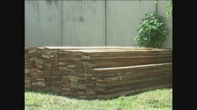 Em Tabatinga, PM apreende madeira ilegal no porto do município - As 25 dúzias de tábuas foram apreendidas em um barco no porto de Tabatinga. A embarcação vinha do município de Benjamin Constant.