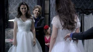 Valdirene experimenta o vestido de noiva - Edith e Tamara ficam constrangidas com as sugestões de Márcia e Valdirene para incrementar o vestido