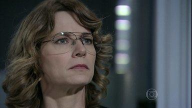 Simone discute com Félix e manda ele para o inferno - Depois de ser suspenso do cargo de diretor, o filho de Pilar desconta a raiva na secretária e a ameaça