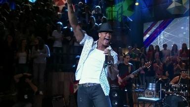 Leo Santana e Parangolé se apresentam no programa Altas Horas - Cantor e banda agitam a plateia com o sucesso 'Leite