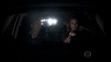 Paloma e Bruno correm contra o tempo para impedir embarque de Paulinha - A pediatra garante ao corretor que eles chegarão a tempo para impedir que Ninho, Alejandra e Paulinha embarquem para o Peru