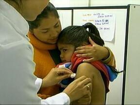 Começou neste sábado a Campanha Nacional de Multivacinação - Em Uruguaiana, RS, apesar de todo frio, muitos pais levaram os filhos cedo da manhã para se vacinar.