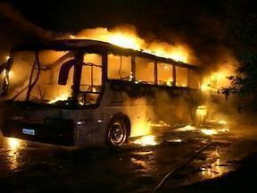 Ônibus de turismo incendiou na noite dessa sexta-feira na entrada do Parque da Marinha - Veículo estava vazio.