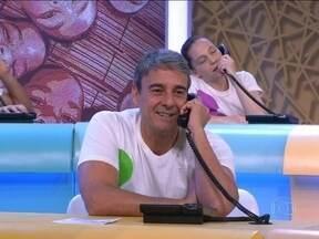 Alexandre Borges atende ligações para doação - Alex Escobar dá as últimas notícias direto do mesão