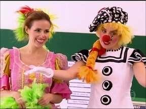 Vestida de palhacinha, Angélica visita escola no Rio - Apresentadora acompanha uma das paixões da atriz Leona Cavalli