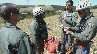 Vídeo mostra resgate de homem que caiu de parapente em Águas da Prata, SP - Vídeo mostra resgate de homem que caiu de parapente em Águas da Prata, SP.
