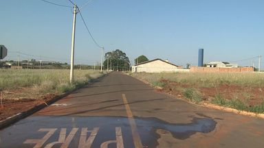 Moradores reclamam de loteamento abandonado em Barrinha, SP - Mesmo com problemas de infraestrutura, cerca de dez famílias ocupam o local.