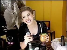 No camarim, Bárbara Paz toma chimarrão antes de participar do Mais Você - 'Gravou até 1h', diz Ana Maria, que brinca com a atriz, convidada do café da manhã