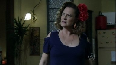 Márcia repreende Valdirene por ficar com Carlito - A periguete tenta enganar a mãe, mas a ex-chacrete avisa que está de olho na filha e teme que Ignácio desista do casamento
