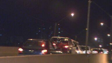 Ribeirão Preto registra três acidentes na mesma noite - Equipe de reportagem flagrou uma das batidas no Viaduto José Sarney.