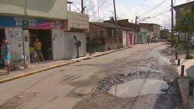 Comunidade cobra conserto de buraco na Zona Oeste do Recife - Cratera foi aberta em via para obra em um cano da rede de abastecimento.