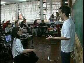Alunos de uma universidade de Maringá ensinam noções de Direito para adolescentes - O projeto quer chamar a atenção dos estudantes para os direitos e os deveres de um cidadão