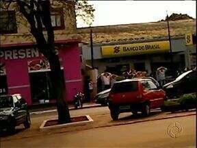 Polícia faz buscas pela quadrilha que assaltou um banco em Querência do Norte - Ontem à tarde três homens armados com fuzis invadiram uma agência do Banco do Brasil e na fuga fizeram reféns.
