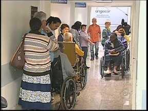 Pacientes aguardam horas por consulta nos corredores do PS da Santa Casa de Jaú - A longa espera por atendimento médico no Pronto-Socorro da Santa Casa de Jaú é motivo de várias reclamações. Pacientes passam mais de três horas nos corredores aguardando uma consulta.