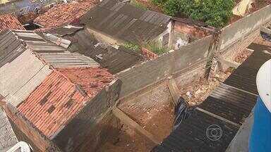 Muro desaba sobre três casas em Olinda - Mãe e três filhos, entre eles um bebê de cinco meses, ficaram soterrados. Acidente aconteceu na madrugada desta quarta-feira (04).