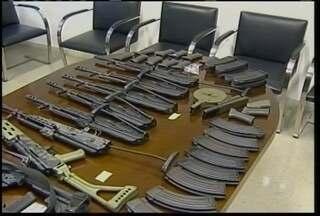 Cinco pessoas são presas no leste de Minas acusadas de tráfico internacional de armas - Outros dois brasilerios suspeitos de fazer parte da quadrilha são procurados.
