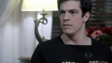 Félix convence a família de que Paloma precisa ser internada - César não se conforma com a prisão da filha e Félix sugere que os pais convençam o juiz de que Paloma tem problemas psicológicos