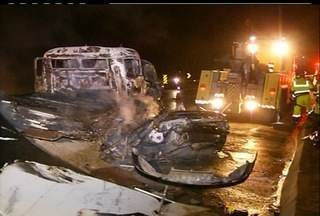 Duas pessoas morrem em grave acidente na BR-101 em Campos, RJ - A colisão envolveu um caminhão e um carro que pegou fogo após a batida.As duas pistas estão totalmente interditadas no local do acidente.