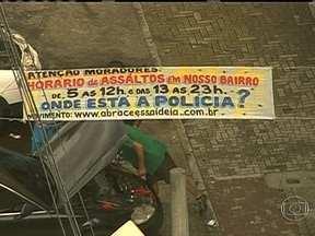 Moradores de Guadalupe colocam faixa reclamando de assaltos - O aviso sobre os constantes crimes está na Avenida Brasil, no sentido Baixada Fluminense. A menos de um quilômetro dali existe uma cabine da Polícia Militar.
