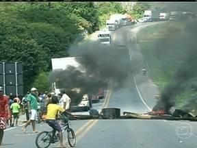 Manifestantes liberam a BR-101 após protesto no sul da Bahia - O bloqueio foi feito por produtores rurais que estão em conflito com índios por disputa de terras. A interdição aconteceu perto do município de São José da Vitória.