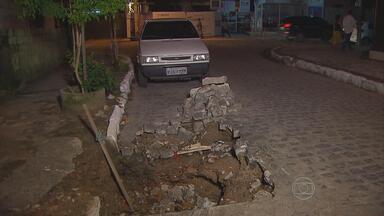Moradores reclamam de buraco aberto pela Compesa na Zona Norte do Recife - Cratera é risco para motoristas que trafegam por Casa Amarela.