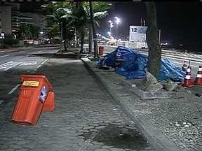 Manifestantes desocupam rua de governador do RJ após 36 dias - O acampamento estava montado no canteiro central da Avenida Delfim Moreira, no Leblon, na Zona Sul da capital fluminense. A ocupação era um protesto por várias reivindicações, como a localização de Amarildo.