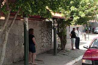 Assaltantes fazem arrastão em parada de ônibus de Cruz das Armas, em João Pessoa - Idoso foi baleado em assalto e passageiros foram roubados.