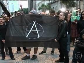 Cem integrantes do Black Blocs tentam invadir fórum no Centro do Rio - O grupo, que estava sem as máscaras, tentou entrar a força no prédio do Tribunal de Justiça. Seguranças e policiais militares impediram a ação.
