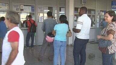 Moradores da região fazem filas nas lotéricas para apostas da Lotofácil - Moradores da região fazem filas nas lotéricas para apostas da Lotofácil