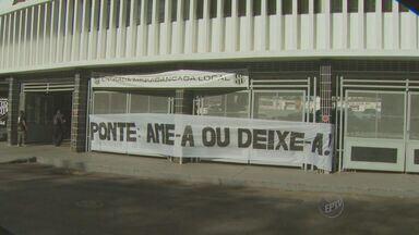 Grupo de torcedores comparecem ao treino para cobrar resultado de jogadores da Ponte Preta - O dia foi agitado na Macaca. Pelo menos 30 torcedores foram ao estádio protestar contra péssima campanha no Brasileirão.