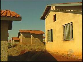Casas populares estão abandonadas em Igaraçu do Tietê - Em Igaraçu do Tietê, 232 casas da CDHU, que já deveriam ter sido entregues às famílias sorteadas, estão abandonadas. As obras que começaram há quase oito anos e já consumiram R$ 6 milhões, estão paradas. Os donos das casas cobram uma solução.