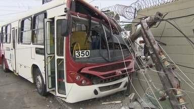 Acidente entre carro e ônibus deixa mais de 10 feridos em Manaus - Ônibus bateu em um poste e atingiu o muro de uma empresa.Colisão ocorreu na Avenida Duque de Caxias com a Doutor Machado.