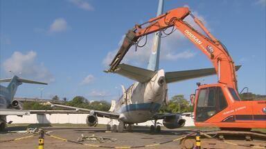 Começou retirada dos aviões da Vasp que estavam abandonados no aeroporto - Equipamentos especiais foram usados para cortar em pedaços as carcaças velhas dos aviões.