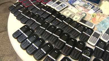 Polícia desmonta rede de prostituição que atuava em BH e no interior de MG - Cerca de 300 celulares foram apreendidos na operação.