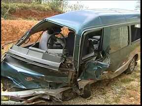 Acidente entre van e carro deixa dez pessoas feridas em Sarapuí - Dez pessoas ficaram feridas em um acidente entre um carro e uma van na estrada vicinal Sesalpino Ferreira dos Santos Silva, que liga Sarapuí (SP) a Pilar do Sul (SP), na noite desta quinta-feira (5). Os veículos ficaram completamente destruídos.