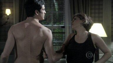 Félix provoca Edith - O vilão beija a estilista para provar que ela ainda sente atração por ele